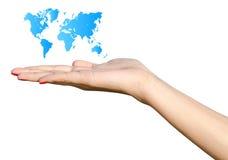 Mão da menina que guarda o mapa do mundo azul Imagens de Stock