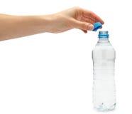 Mão da moça que guarda a garrafa de água fotografia de stock royalty free