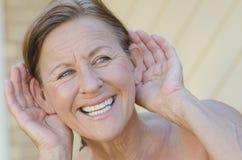 Mão da mulher à orelha III exterior isolado de escuta Foto de Stock