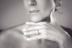 Mão da mulher com anel Fotos de Stock Royalty Free