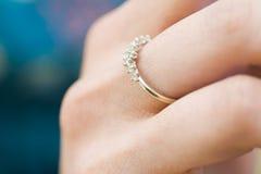 Mão da mulher com anel dourado Imagem de Stock Royalty Free