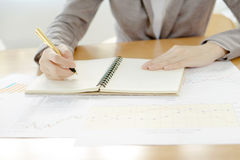 Mão da mulher com calculadora e papéis Foto de Stock Royalty Free