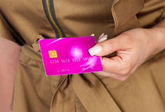 Mão da mulher com cartão de crédito Imagem de Stock