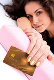 Mão da mulher com cartão de crédito imagens de stock royalty free