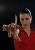 Mão da mulher com cigarro Fotos de Stock