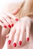 Mão da mulher com creme fotos de stock royalty free
