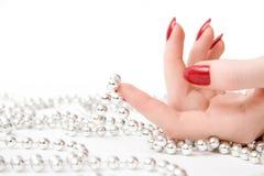 Mão da mulher com grânulos fotos de stock royalty free