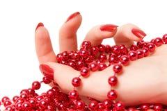 Mão da mulher com o close up vermelho dos glassbeads imagem de stock