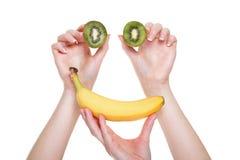 Mão da mulher com o fruto de quivi isolado Imagens de Stock Royalty Free