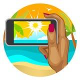 A mão da mulher com o telefone esperto no fundo da praia Imagem de Stock