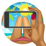 A mão da mulher com o telefone esperto no fundo da praia Fotografia de Stock