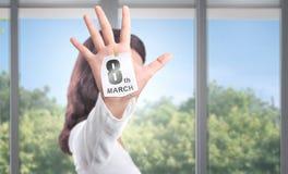 Mão da mulher com a palma aberta que mostra o sinal do 8 de março imagens de stock
