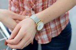 Mão da mulher com um relógio Imagens de Stock Royalty Free
