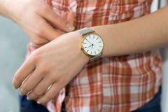 Mão da mulher com um relógio Fotografia de Stock Royalty Free