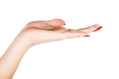 A mão da mulher com vermelho prega o tratamento de mãos Imagem de Stock Royalty Free