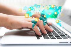 Mão da mulher de negócio que datilografa no teclado do portátil Fotos de Stock