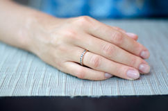 A mão da mulher delicada Fotos de Stock