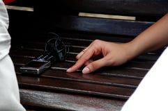 Mão da mulher e telefone de pilha Fotografia de Stock Royalty Free