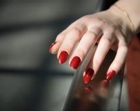 Mão da mulher em uns trilhos fotos de stock