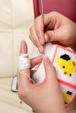 A mão da mulher está fazendo malha Imagem de Stock Royalty Free