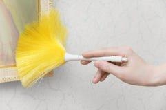A mão da mulher guarda uma escova econômica para escovar imagens de stock