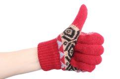 Mão da mulher na luva de lã vermelha que mostra os polegares acima fotografia de stock