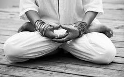 Mão da mulher no bw do mudra do gesto simbólico da ioga Fotos de Stock Royalty Free