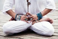 Mão da mulher no mudra do gesto simbólico da ioga Fotografia de Stock