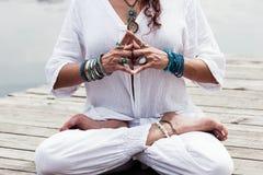 Mão da mulher no mudra do gesto simbólico da ioga Imagem de Stock