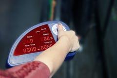 A mão da mulher no painel de controle da escada rolante, pressionando um botão Conceito de cardio- exercícios e do estilo de vida foto de stock