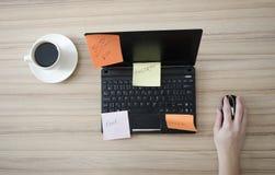 Mão da mulher no rato do computador Fotos de Stock