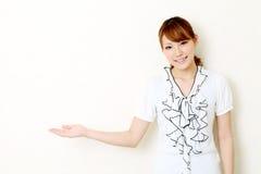 Mão da mulher nova que mostra o sinal em branco Foto de Stock