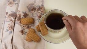 Mão da mulher que agita um copo do chá vídeos de arquivo