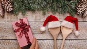 Mão da mulher que coloca o presente do Natal na opinião de tampo da mesa vídeos de arquivo