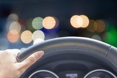Mão da mulher que conduz o carro fotografia de stock