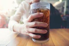 Mão da mulher que dá o vidro, os refrescos com gelo, o sweethart ou o budd imagem de stock royalty free
