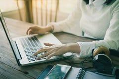 Mão da mulher que datilografa no teclado do portátil Imagem de Stock