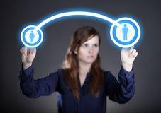A mão da mulher que empurra ícones sociais dos meios, tela táctil Imagem de Stock