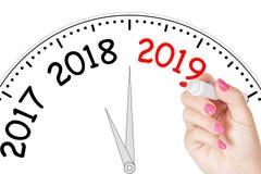 Mão da mulher que escreve a mensagem nova de 2019 anos com o marcador vermelho em Tran Fotografia de Stock Royalty Free