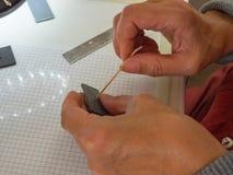 Mão da mulher que faz o botão da coruja da argila do polímero Passatempo, fundo do artesanato Foto de Stock Royalty Free
