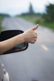 Mão da mulher que faz os polegares-acima Fotografia de Stock Royalty Free