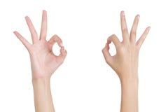 A mão da mulher que gesticula a parte dianteira e o verso (aprovados) aprovados do sinal Imagem de Stock Royalty Free