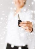 Mão da mulher que guarda a chave do carro Fotografia de Stock Royalty Free