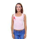A mão da mulher que guarda a fita cor-de-rosa da conscientização do câncer da mama Imagens de Stock Royalty Free