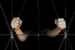 Mão da mulher que guarda a gaiola, abuso, conceito de tráfico humano foto de stock royalty free