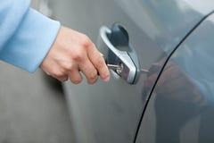 Mão da mulher que guarda o carro chave para destravar, imagem de stock royalty free