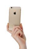 Mão da mulher que guarda o telefone de Smart do iPhone 6 de Apple Imagem de Stock Royalty Free