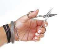 Mão da mulher que guarda tesouras no fundo branco isolado do entalhe Foto do estúdio com a iluminação do estúdio fácil de usar pa Foto de Stock Royalty Free