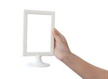Mão da mulher que guarda um quadro vazio do menu em um branco Fotos de Stock
