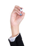 A mão da mulher que guarda uma pena e uma escrita Imagem de Stock